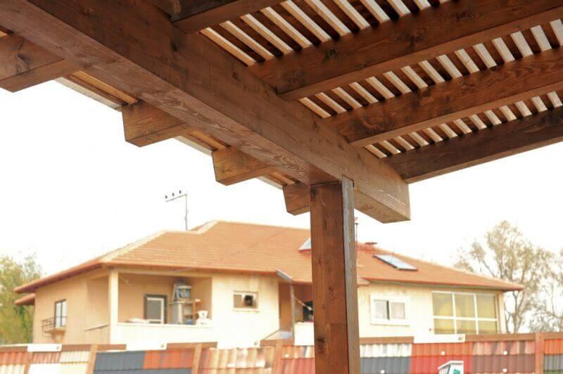עיצוב פרגולה מעץ אורן בבית פרטי